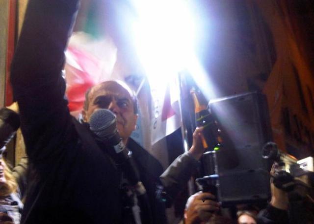 Anche il segretario del Pd Pierluigi Bersani festeggia con la folla davanti alla sezione storica del partito in via dei Giubbonari (Ansa)