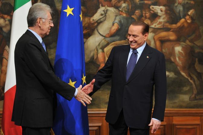 A Palazzo Chigi il passaggio di consegne tra Silvio Berlusconi e Mario Monti. La cerimonia si è conclusa con la tradizionale consegna della campanella con cui si aprono le sedute dei Consigli dei ministri (Afp)