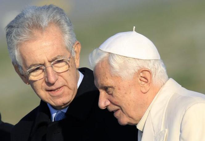 Il nuovo premier Mario Monti ha accolto Benedetto XVI a Fiumicino. Il Santo Padre, atterrato dal Vaticano in elicottero, si è poi imbarcato su un volo diretto in Benin (Reuters)
