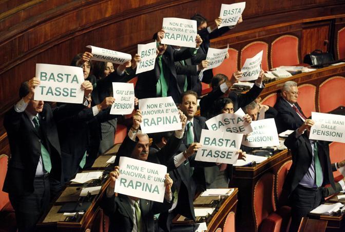 Durante l'intervento del Presidente del consiglio, dai banchi della Lega si alzata una rumorosa protesta con tanto di cartelli: «Basta tasse» o «Non è una manovra, è una rapina» (Ansa)