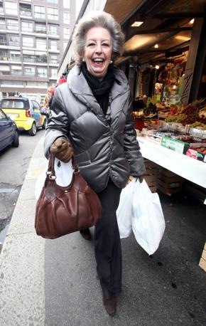 Elsa Monti, moglie del premier, è arrivata al mercato comunale di piazza Wagner, a Milano, intorno alle 10. Una spesa per preparare il pranzo di Natale e quello del 26. Il presidente del Consiglio e la famiglia festeggeranno nella loro casa in via Frua (Gerace)