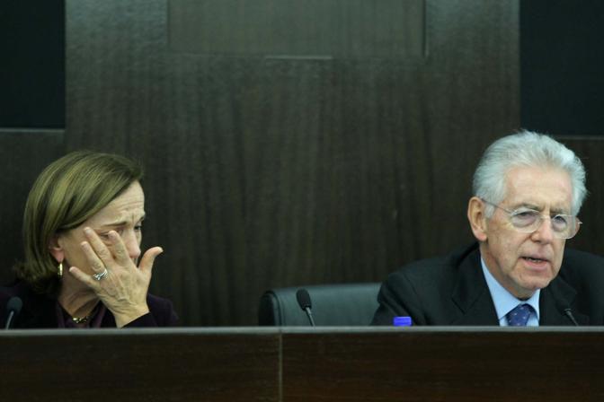 La Fornero non riesce proprio a proseguire e Monti le prende la parola (lapresse)