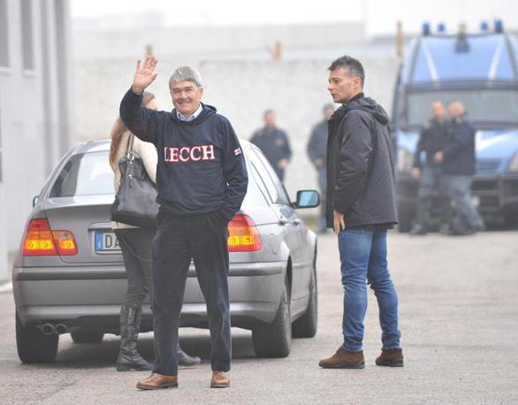 Il leghista Roberto Castelli saluta i giornalisti  (Ansa)