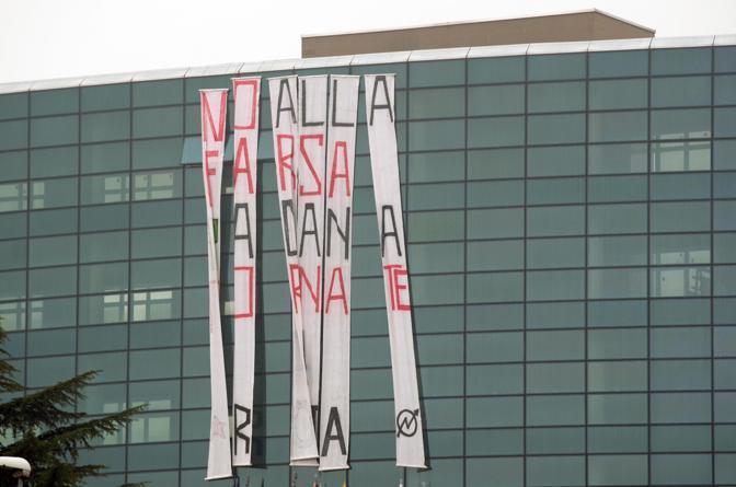 Slogan contro la Padania e la Lega appesi da contestatori sulla facciata di un palazzone lungo la tangenziale di Vicenza ovest (Ansa)