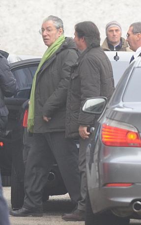 Il leader della Lega Nord Umberto Bossi mentre entra da un ingresso di servizio nella sala congressi (Ansa)