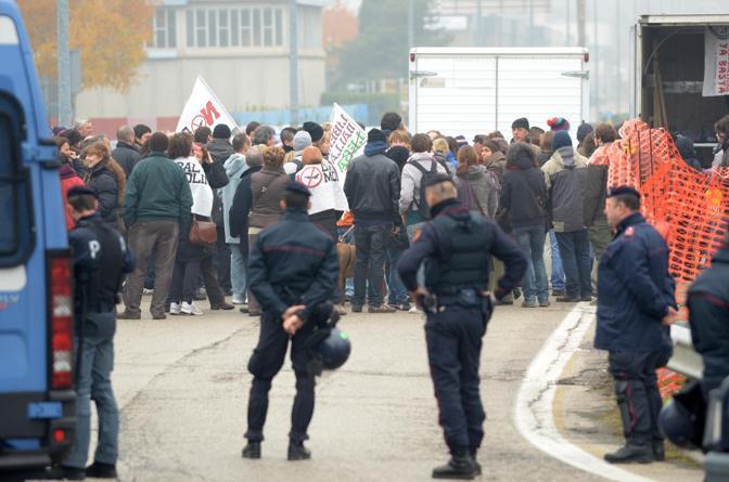 Manifestanti anti Lega sorvegliati dalle forze dell'ordine  (Ansa)