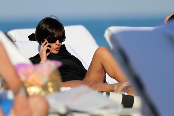 Mara Carfagna si rilassa a Miami e si gode una tintarella senza eccessi, scoprendo soltanto le gambe e lasciando delusi i curiosi che speravano di ammirarla in bikini (Splash Italia)