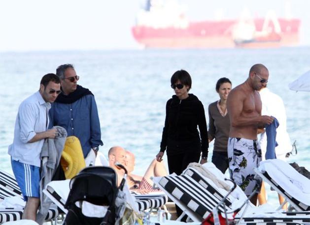 La giornata al mare con il marito Marco Mezzaroma e un gruppo di amici (Olycom)