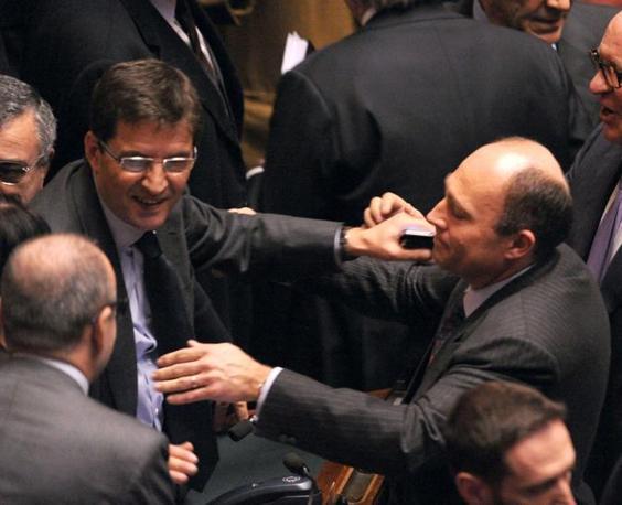 L'abbraccio a Nicola Cosentino di Alfonso Papa (Photoviews)