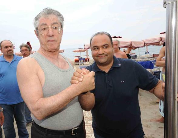 La stretta di mano in riva al mare (Stefano Cavicchi)
