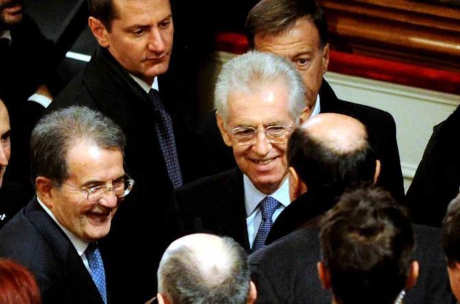 Il premier Mario Monti con Romano Prodi e Pierluigi Bersani, dopo il discorso al teatro Valli