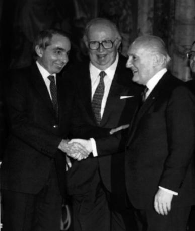 Scambio di auguri al Quirinale con il premier Amato e il presidente del Senato Spadolini (Ap)