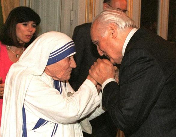 Con Madre Teresa di Calcutta ricevuta al Quirinale il 12 giugno 1996 (Ansa)