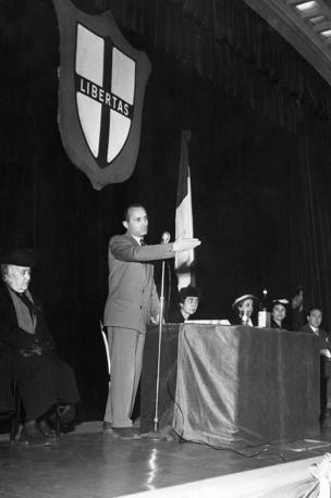 Nel 1955 a Milano il sottosegretario alla Giustizia Scalfaro durante un convegno della Democrazia Cristiana (Agf)