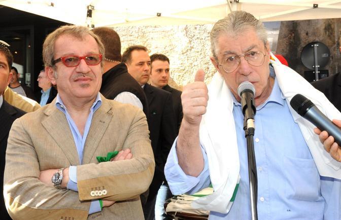 Umberto Bossi e Roberto Maroni all'inaugurazione della sede della Lega Nord a Castiglione Olona (Ansa)