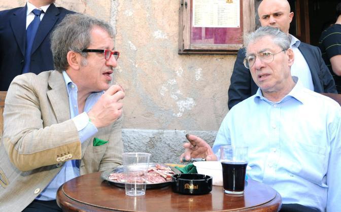 Umberto Bossi e Roberto Maroni inaugurano la sede della Lega Nord a Castiglione Olona (Ansa)