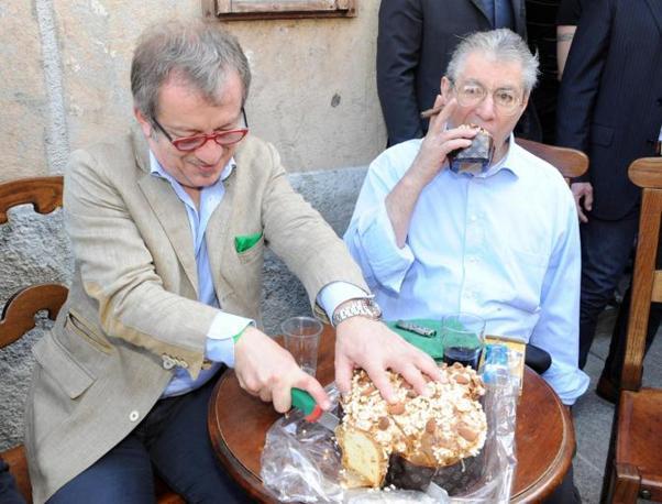 Umberto Bossi e Roberto Maroni mangiano la colomba pasquale (Ansa)