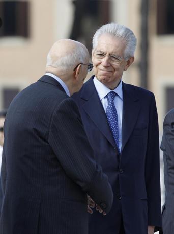 Giorgio Napolitano e Mario Monti all'Altare della Patria (Ansa)