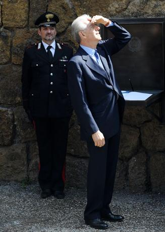 Mario Monti depone una corona alle Fosse Ardeatine (Jpeg)