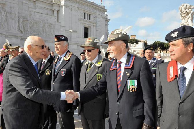Napolitano saluta i combattenti e i veterani (Epa)