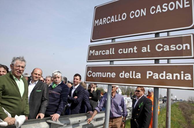 Bandiere tricolore per contestare Umberto Bossi durante l'inagurazione di Viale Padania. a Marcallo Con Cassone (Foto Ansa)