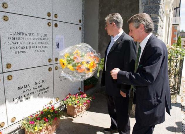 Il senatur si reca a omaggiare Gianfranco Miglio, primo ideologo della Lega