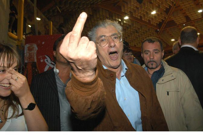 Politically scorrect, Bossi non ha mai rinunciato al turpiloquio o ai gesti osceni per comunicare