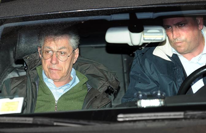 L'ultima tempesta, in auto lascia la sede di via Bellerio, dopo lo scandalo (Ansa)