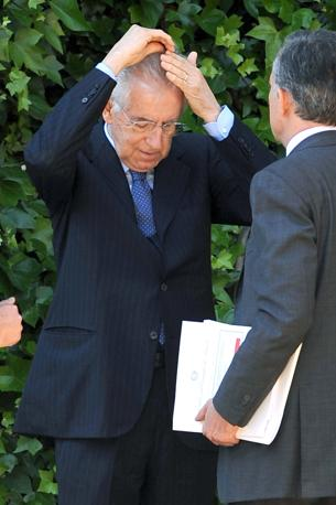 """Il premier Mario Monti in versione """"Fonzie"""" si pettina prima dell'incontro bilaterale Italia-Polonia a Villa Madama (Olycom)"""