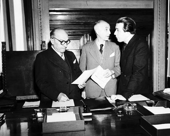 Giulio Andreotti, Angelo Raffaele Jervolino, e Attilio Piccioni al primo consiglio dei ministri del V Governo De Gasperi (Ansa)