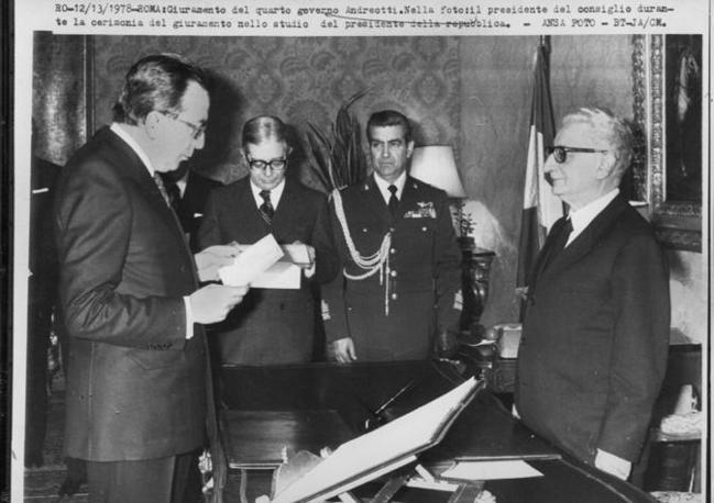 Il giuramento davanti al presidente della Repubblica Leone nel marzo 1978 (Ansa)