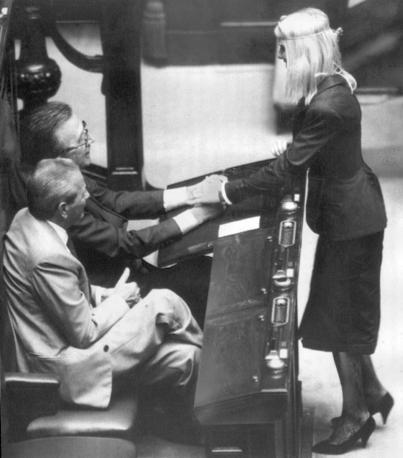 Andreotti stringe la mano Cicciolina nel 1987 (Ap)