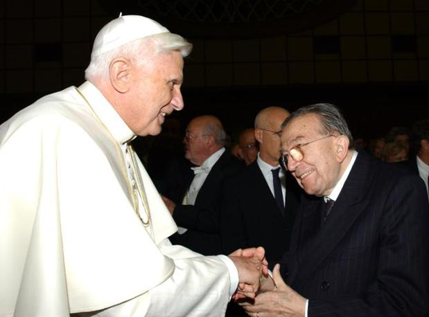Con Benedetto XVI il 17 novembre 2005 (Ap)