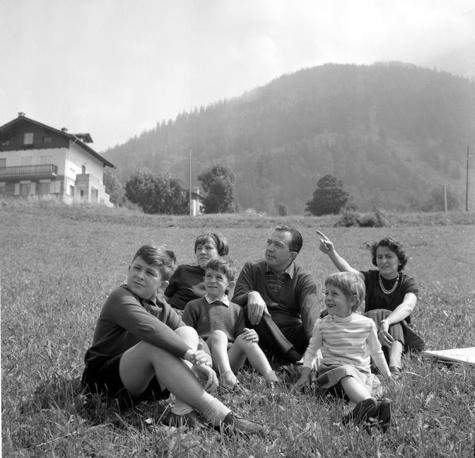 A  Courmayeur in vacanza con la moglie Livia e i suoi quattro figli Marilena, Lamberto, Stefano e Serena (Olycom)