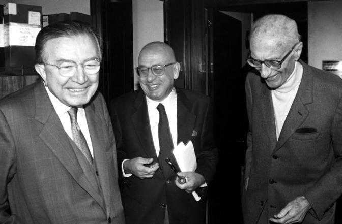 In compagnia dei giornalisti Indro Montanelli (a destra) e Sandro Curzi (al centro) (LaPresse)