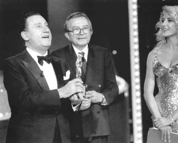 Alberto Sordi riceve il David di Donatello dalle mani di Andreotti (Adnkronos)