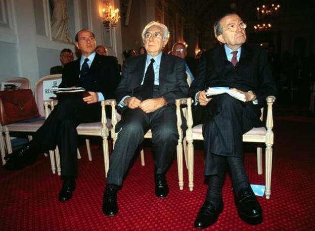 Con Silvio Berlusconi, a sinistra, e Francesco Cossiga, al centro (LaPresse)