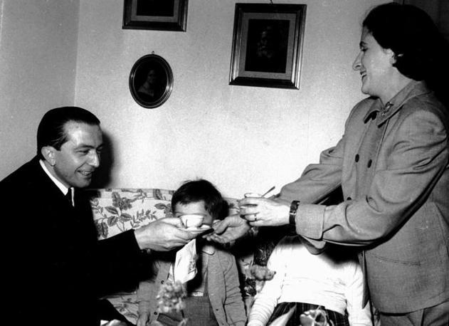 In un momento di relax con la moglie Livia e i figli nel loro appartamento a Roma (Coluzzi)