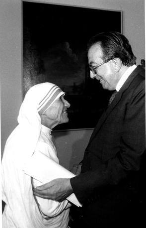 Durante un incontro con Madre Teresa di Calcutta (Fotogramma)