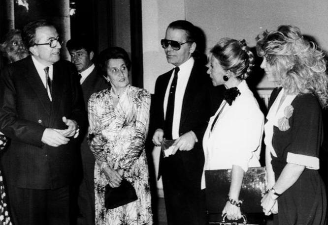 Con la moglie, Karl Lagerfeld e le sorelle Fendi durante una festa a Roma