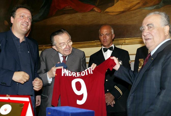 Con la maglia della Roma consegnata da Franco Sensi (Ansa/Schiavella)