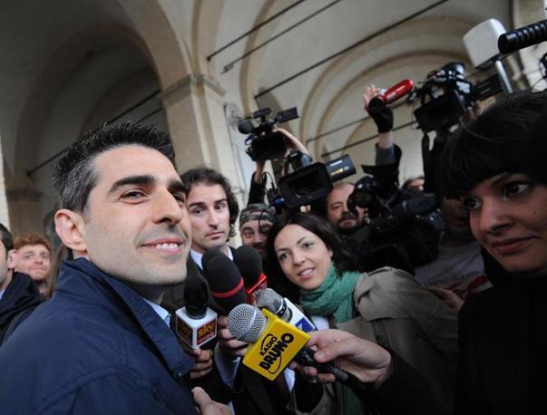 Il grillino Federico Pizzarotti, eletto sindaco di Parma, arriva ai Portici del Grano dove lo aspettano i suoi sostenitori (Ansa/Ferreri)