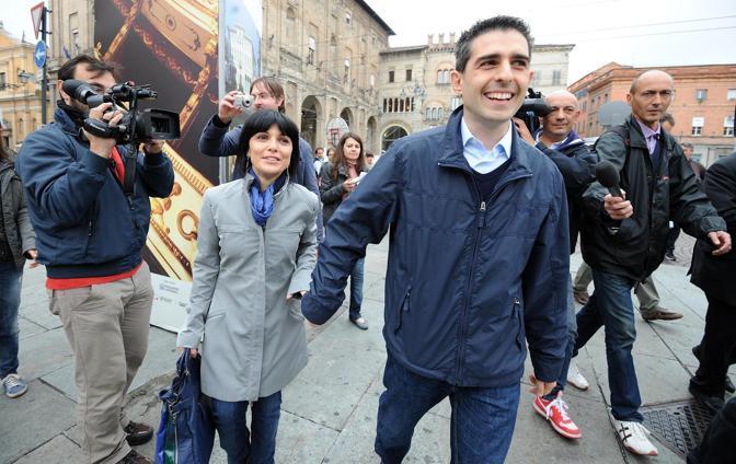 Con la moglie Cinzia, anche lei del Movimento Cinque Stelle (Ansa/Ferreri)