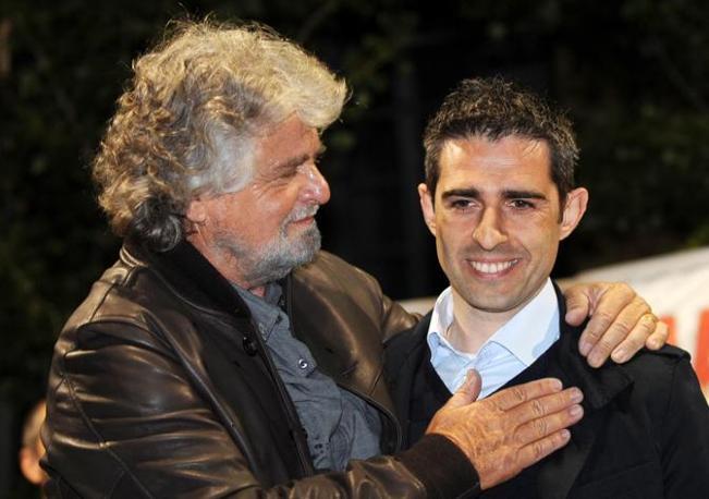 Con Grillo durante il comizio a Parma (Ansa/Ferreri)