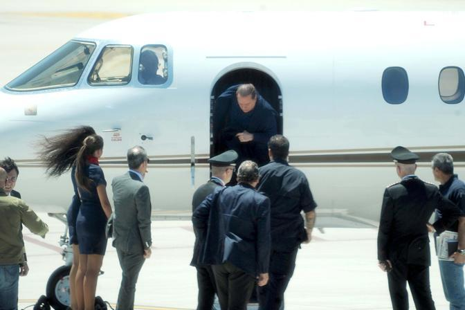 Silvio Berlusconi all&#39;arrivo all&#39;aeroporto di Olbia (Olycom)