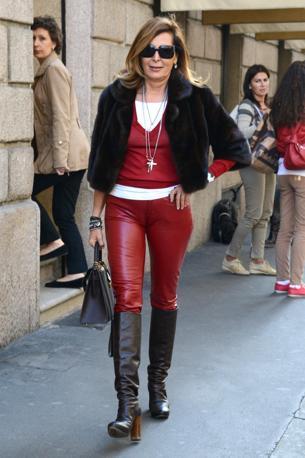 Daniela Santanchè a passeggio nel centro di Milano con un fiammeggiante paio di pantaloni in pelle rossa in compagnia dell'amica Patrizia Kunz d'Asburgo e del suo cagnolino Aristotele (Olycom)