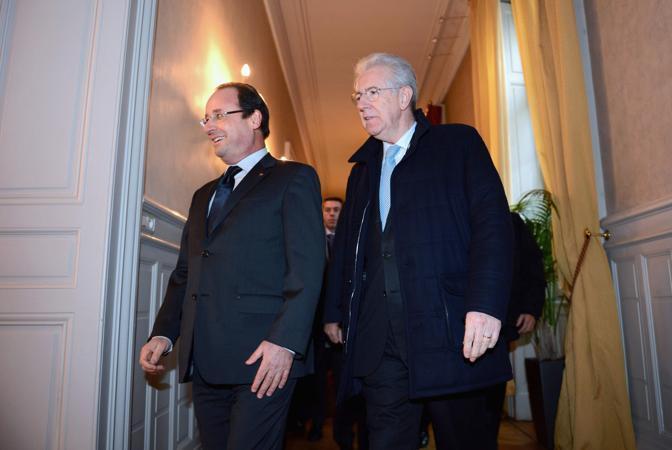 L'arrivo del premier Mario Monti alla prefetture di Lione (Reuters)