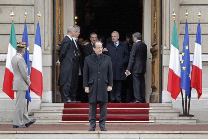Hollande sugli scalini della prefettura di Lione, attende il nostro presidente del Consiglio (Reuters)