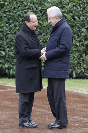 Strette di mano e convenevoli tra i due leader (Reuters)