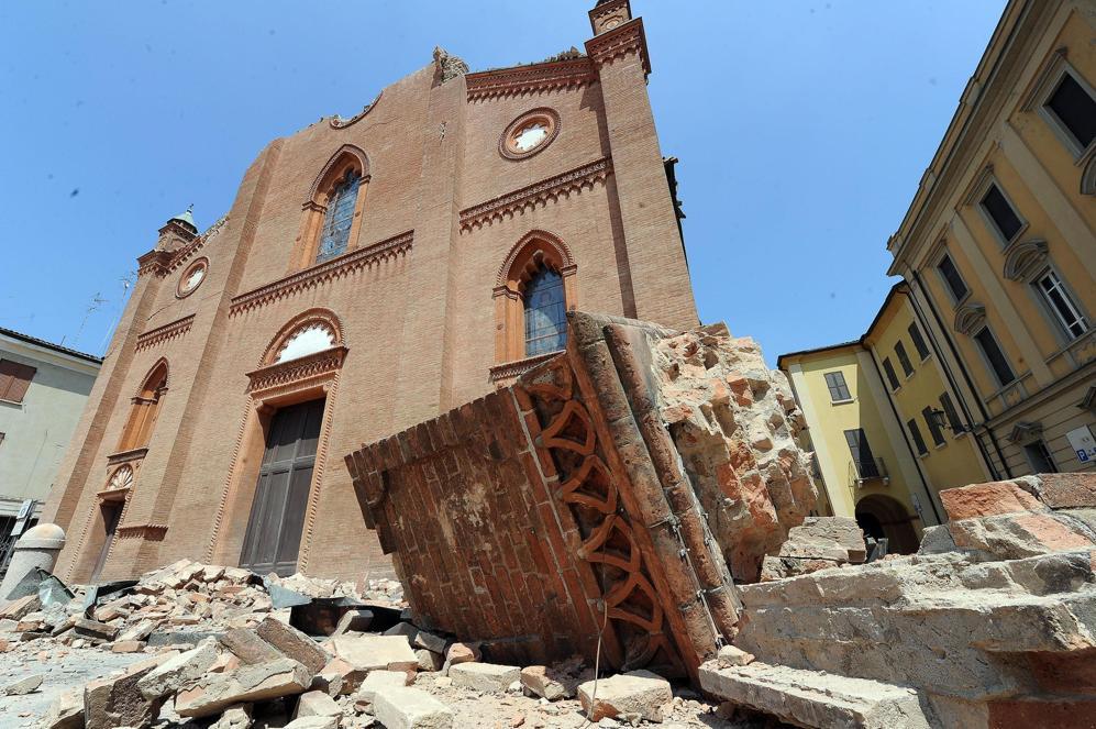 Il duomo di Mirandola lesionato dal sisma  (Ansa)
